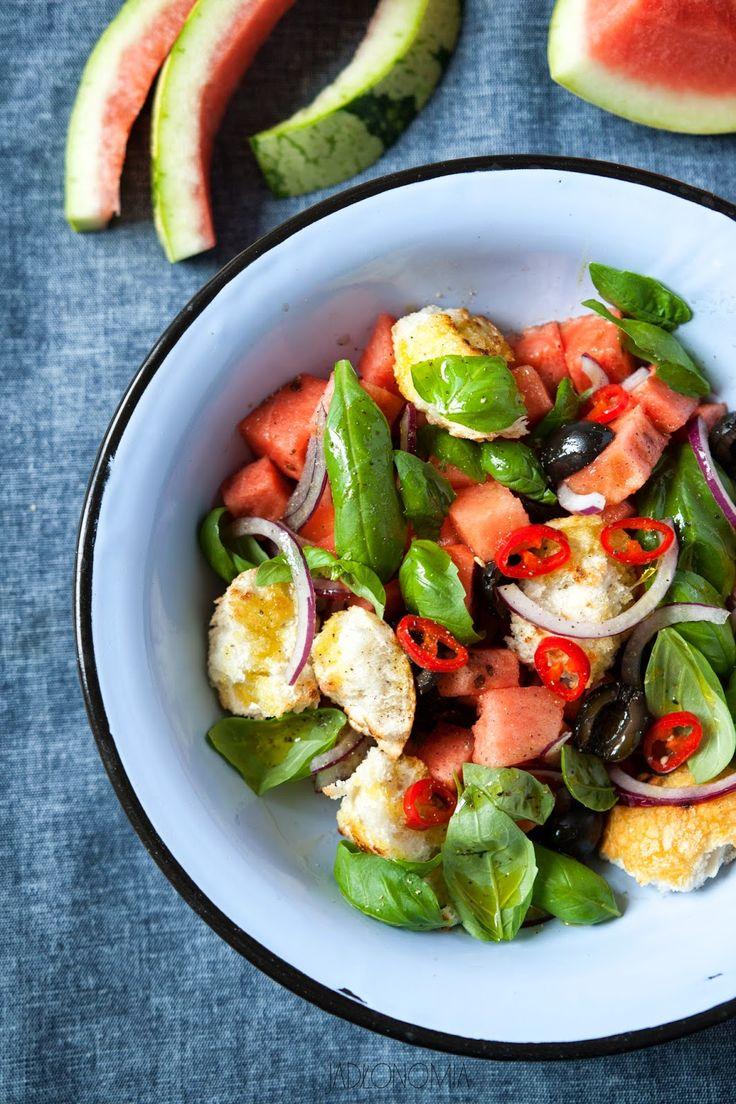 Sałatka z arbuza z oliwkami i bazylią.