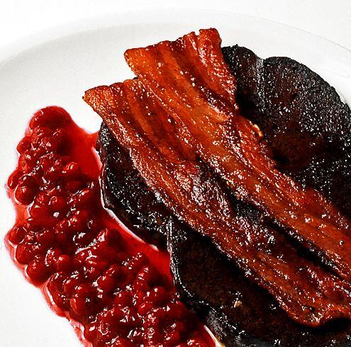 I det äldre bondesamhället slaktades grisen lagom till jul. Då  tog man först reda på innanmat och blod, vilket kokades till den läckraste blodpudding. Idag köper vi oftast blodpudding färdig och då räknas den hemlagade till lyxig restaurangmat. Blod kan köpas djupfryst.