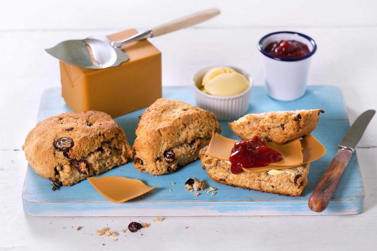 Nybakte scones med knasende müsli og saftige tranebær er ekstra gode med smør, brunost og syltetøy på.