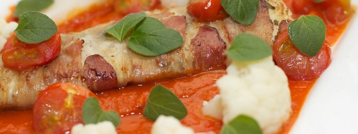 Kabeljauw gewikkeld in Parmaham met bloemkool en tomatensaus