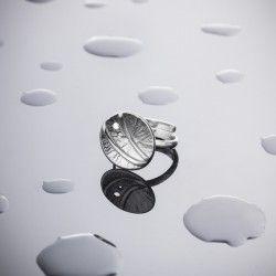 Anillo UMAH Anillo de plata forjada y relieve de textura lisa. Acabado mate-brillo  Creo mis joyas de manera artesanal: de la mente al papel y del papel al modelo. Me gusta cuidar los acabados, mimar cada pieza, me gusta pensar que serán parte de la vida de una persona.