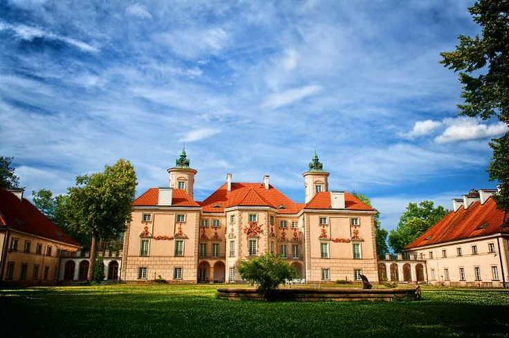 Pałac w Otwocku Wielkim został wzniesiony w końcu XVII w. dla marszałka wielkiego koronnego Kazimierza Bielińskiego. Po II wojnie światowej pałac w Otwocku Wielkim otaczała aura niedostępności. Do końca lat 70. był tu zakład poprawczy dla dziewcząt, potem cały teren wraz z jeziorem ogrodzono i wystawiono straże. Obiekt stał się własnością Urzędu Rady Ministrów. W stanie wojennym pałac był jednym z miejsc internowania Lecha Wałęsy. Obecnie mieści się tu Muzeum Wnętrz.