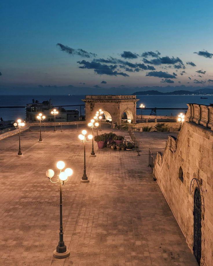 Quando la sera cala il buio e si accendono le luci  . #Cagliari #sonya7II #sonyalpha #sonyimages #sonyalphasclub #Sony #sonyphotogallery #igerscagliari #sardegna #igersardegna #lanuovasardegna #sardegnaofficial #sardegna_reporter #volgosardegna #ig_skyline #focusardegna #travellingthroughtheworld  #topeuropephoto #igworldclub #italy_vacations #italian_places #italian_trips #artofvisuals #italianlandscapes #italiainunoscatto #ig_europe #ig_italy #ig_italia #ig_italia_gennaio #sardegnacom