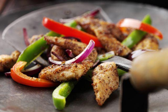Laissez-vous tenter par ce délicieux plat de type Tex Mex. Accompagnez-le de riz brun cuit à la vapeur et de quartiers de lime. Prêt en seulement 30 minutes, ce sauté est un excellent choix pour un soir de semaine bien rempli.