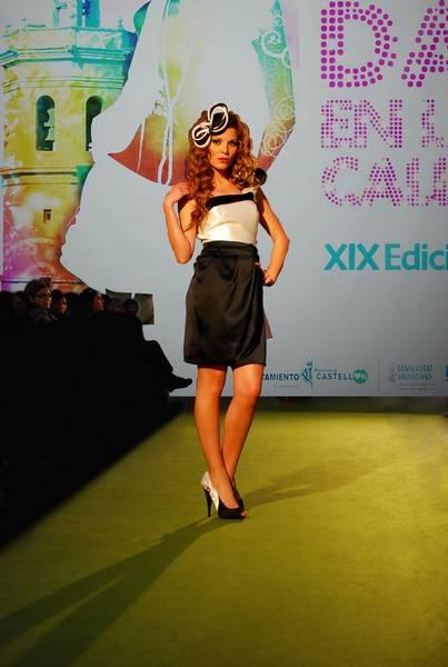Vestido de fiesta corto para boda modelo Campi Blanco y Negro con tirante asimétrico en mikado y raso. Dolores (www.dolorescostura.com)