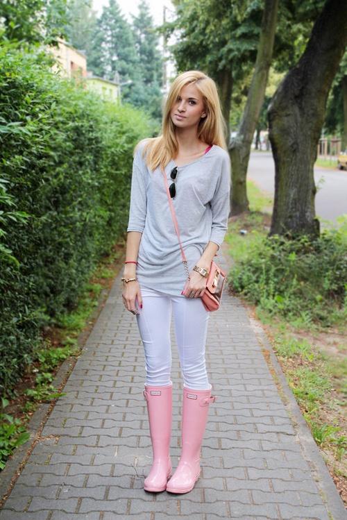 the rain boots!Fashion, Hunters Boots Pink, Rainboots, Hunters Rain Boots, Hunters Boots Spring Outfit, Basic Rainy, Rainy Days, Hunter Rain Boots, Pink Hunters