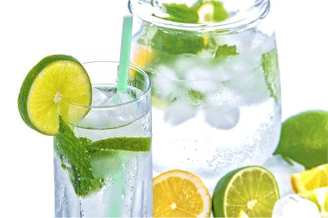 Recept voor detox water met citroensap en appelazijn