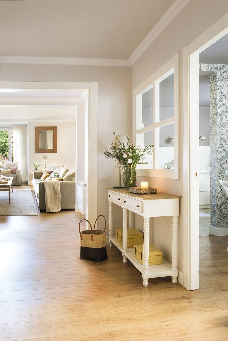 DSC8523r. Recibidor con consola blanca y de madera, ventana interior a office y paso a salón DSC8523r