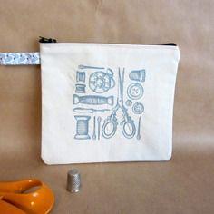 Broderie rétro : pochette brodée pour couturière. motif : ciseaux, bobines, dès à coudre, etc.