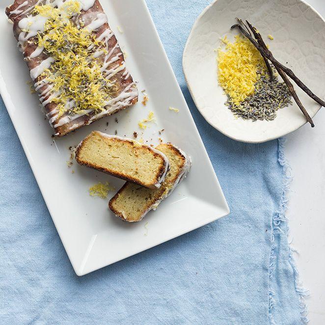 Lavendel - die blau-violett blühende Pflanze überzeugt nicht nur auf herrlich duftenden Sommerwiesen oder als Dekoration für zuhause - auch in unserem Kuchen macht sich ihr süßlicher Geschmack äußerst gut. Die Lavendelblüten geben dem klassischen Zitronenkuchen eine abwechslungsreiche Note.