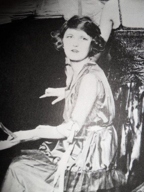miss-flapper:    Zelda Fitzgerald, circa 1920s.    Zelda is such a chameleon on her photos…I'd recognise her from this one, but her appearance differs so markedly!