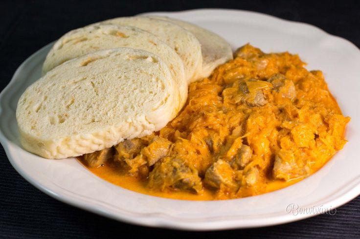 Segedínsky guláš je výborné jedlo pôvodom z Maďarska. V receptoch sa používa väčšinou bravčové pliecko, ale môžete použiť aj pekne prerastený bôčik. Chuť segedínskemu gulášu dáva ale hlavne kvasená kapusta. Treba použiť naozaj kvalitnú, najlepšie domácu. Pretože ak nebude chutná kapusta, nebude dobrý ani váš segedínsky guláš. A to by bola večná škoda.