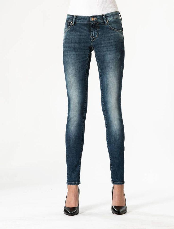 Gina Sapphire Blue Butt Lift Jeans  Description: Cup Of Joe is een denimlabel dat al dertig jaar te boek staat als een betaalbaar brand. COJ haalt zijn inspiratie uit de fijne vaak kleine dingen des levens. Daar jeans deel uitmaakt van ons dagelijks bestaan moeten we er net zo van genieten als bijvoorbeeld ons gebruikelijke kopje koffie. Dat is het motto.Of je nu een vintage een versleten indigo of zwarte strakke jeans wilt - bij voorkeur een exemplaar dat je dag en nacht kunt dragen - er is…