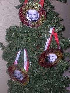 Crafts for kids: ornaments made from old CDs with glitter and photos