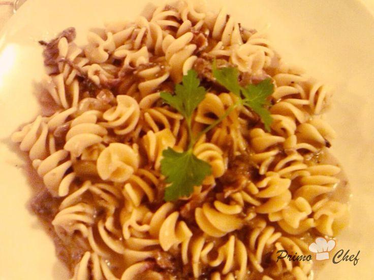 Un primo piatto leggero e naturale, con un condimento quasi a crudo: fusilli alla crema di radicchio e pistacchi.