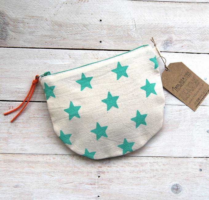 • Pequeña bolsita para llevar todo organizado en el bolso. • Hecha con tela de algodón 100% (exterior y forro).• Estampada a mano. • Medidas aproximadas: 16,5 x 14 cm.