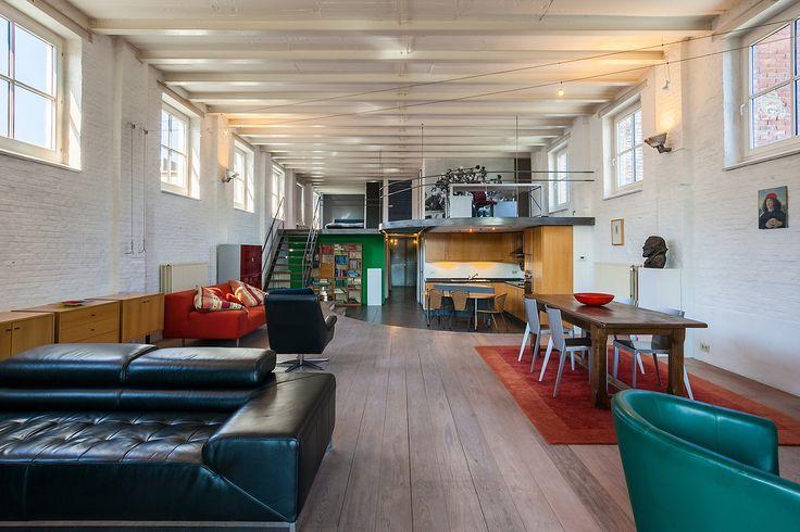 Prachtige LOFT in VINTAGE stijl te koop - 349000€ - Broederminstraat 38-40, 2018 ANTWERPEN - Prachtige LOFT in VINTAGE stijl, gelegen in een voormalig pakhuis  (koffiebranderij).  De loft is gelegen op de tweede verdieping, ca. 210m² groot. Indeling als volgt: inkom, diverse bergruimtes, gastentoilet, open geïnstalleerde keuken, zeer ruimte leefruimte, mezzanine met bureauruimte, masterbedroom met aansluitend open ruime badkamer voorzien van douche, ligbad en dubbele lavabo. Tweede…