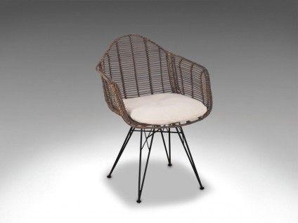 I vores nye serie af Living-metal/rattan spisebordsstole har vi skabet et seværdigt ikon i serien af mange flotte designstole. Du sidder fantastisk godt i Design-stolen og den vil passe ind i mange hjem og caféer. Living Design kurvestole med metalstel er udført i en kombination af pulverlakeret jern og natur-rattan. Der ligger meget fagkyndigt håndværksarbejde bag tilblivelsen af disse stole og materialernes forskellighed gør hver stol unik. Køb Living Design her i webshoppen eller pr...