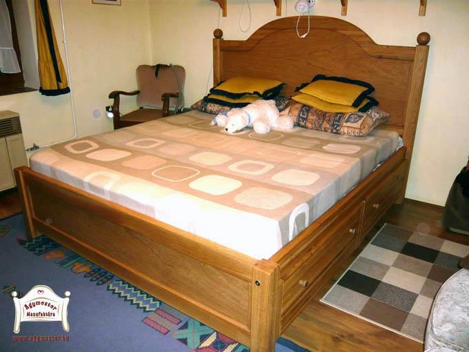 Egyedi tölgyfa ágy magas fejvéggel és oldalsó fiókokkal