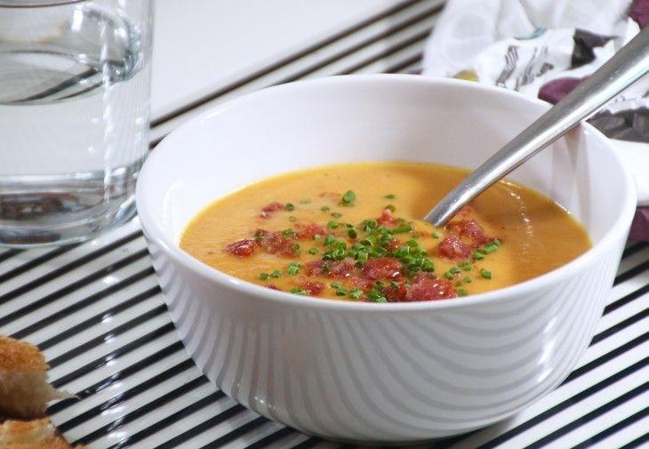 Morotssoppa med apelsin och brynt lök, toppad med salsiccia