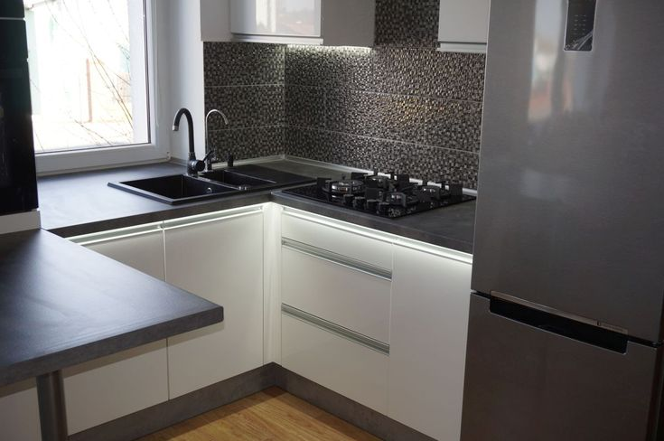 Nowoczesne meble kuchenne #meblekuchenne #kuchnia #białakuchnia #frontyakrylowe #meblenawymiar #filmarmeble #furniture #kitchen #floortiles #design #homedecor #gray #mozaika #samsung #szaryblat