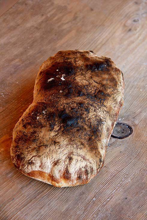 Luftig, grobporig, frisch, saftig und mit ausgezeichnetem Geschmack, auch noch nach 2-3 Tagen. Der Teig kommt ganz ohne Knetmaschine aus und wird stattdessen durch eine Autolysephase sowie durch Dehnen und Falten in Struktur gebracht. Heißes Anbacken hilft, den weichen Teig zu stabilisieren und die Porung zu vergrößern. Die Sauerteigzutaten mischen und 8-10 Stunden bei 25-26°C reifen lassen. Die Vorteigzutaten Weiterlesen...