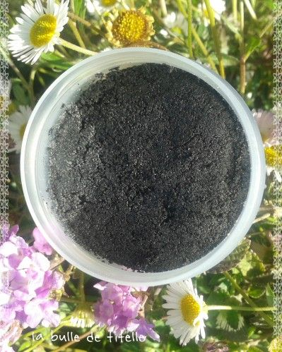 Un gommage doux et purifiant pour les peaux à tendance acnéique parfait pour la saison. J'avais de la poudre de charbon dans le fond de mon placard que je souhaitais liquider (oui je fais le ménage de printemps aussi dans mon stock de matières premières^^)....