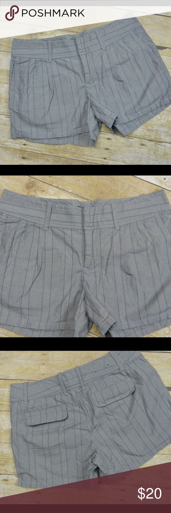 """Vintage Banana Republic Mom Shorts Size 8 Excellent condition Gray/beige 8"""" rise  3.5"""" inseam 16.5"""" side to side at the waist 100% cotton Banana Republic Shorts"""
