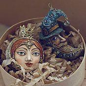 Купить или заказать Птица в интернет-магазине на Ярмарке Мастеров. 'Птица' Эта работа необычна тем, что она состоит из двух персонажей, на одной стороне птица с сердцем и звездой в клюве, а с другой женщина со звездой в волосах. Женский образ - собирательный.: Птица Сирин, Булгаковская Маргарита , египетская Нут, и Синяя Птица Счастья. Тонкие рельефы, прописано каждое пёрышко, прическа, лицо, звёздочка, ладошки... Это миниатюра со смыслом, это о женственности, о том что в каждой женщине…