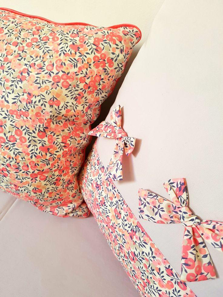 Housse de coussin en Liberty : Textiles et tapis par jardin-des-opalines