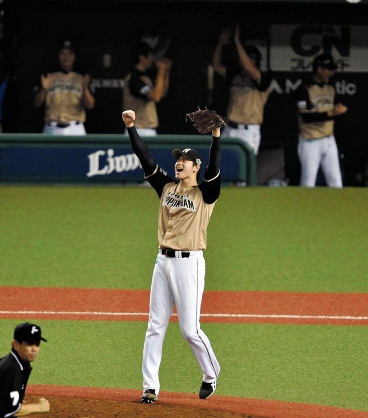 リーグ優勝を決め、ガッツポーズをする日本ハム・大谷翔平=西武プリンスドーム(撮影・出月俊成)