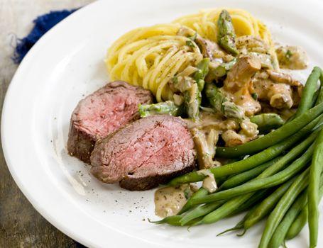Bøf med asparges, svampe og dion creme sauce