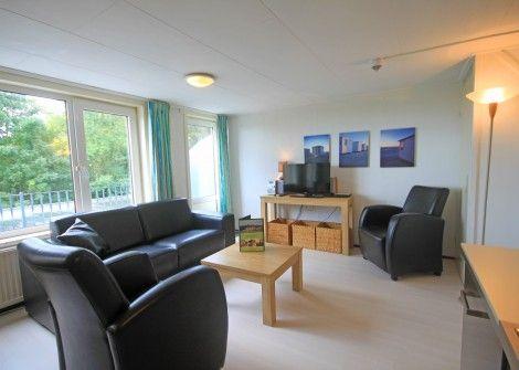 6-persoons met balkon  Description: 6-persoons appartement aan de rand van het Texelse Dennenbos met balkon op het zuiden. De toegang tot dit gerieflijke appartement bevindt zich op de eerste etage. Het balkon met een prachtig uitzicht over de landerijen sluit aan op de woonkamer met open keuken. Televisie radio/CD-speler en DVD-speler. Gratisinternet (draadloos). Op dezelfde verdieping bevindt zich de badkamer met douche en toilet. De drie 2-persoons slaapkamers alle met aparte bedden…