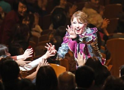 「ただいま。帰ってきたばい」。宝塚歌劇団宙組(そらぐみ)トップスターの朝夏まなとさん=佐賀市出身=が6日、地元佐賀に凱旋を果たした。佐賀市文化会館で2回の公演を披露し、りりしく華やかな姿が地元ファンに