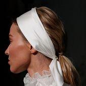 Le come-back du bandeau immaculé, la couronne de plumes ou encore les sandales portées avec des soquettes, focus sur sept tendances mariage repérées sur les podiums de la Fashion Week haute couture.