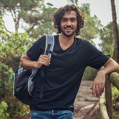 V-Shirt 100% Biobaumwolle für Herren: Klassisch geschnittenes Kurzarm-Shirt mit V-Ausschnitt aus 100% BIO-Baumwolle kbA.. Die hochwertige ökoeffektive DELUXE-Single-Jersey-Qualität ist behaglich, robust und leicht zu reinigen. Das V-Shirt ist Cradle-to-Cradle zertifiziert und hat eine gestickte TRIGEMA-Schwinge am Arm