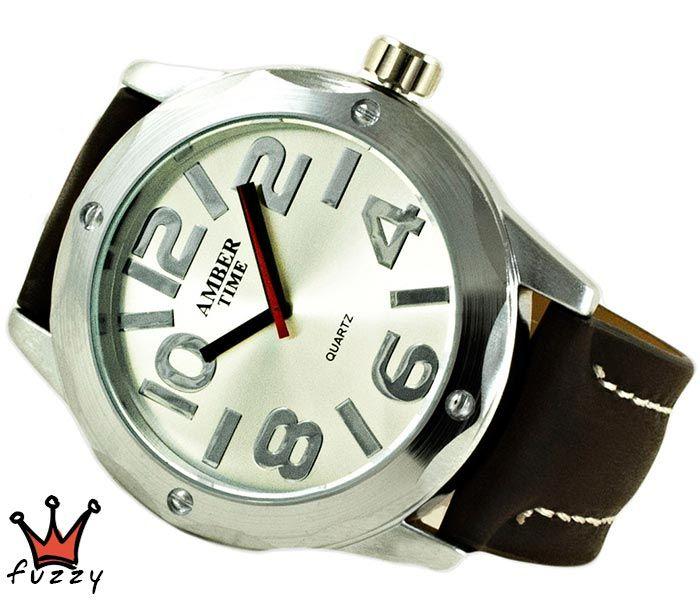 Ανδρικό ρολόι σε ασημί ιδιαίτερη κάσα και περλέ χρώμα με μεγάλα νούρμερα στο καντράν. Λουράκι σε καφέ χρώμα από δερματίνη με λευκές ραφές. Διάμετρος καντράν 50 mm.