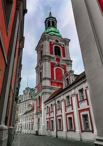 Poznań, ul. Gołębia (widok z przodu Fara, po lewej Szkoła Baletowa, w głębi Urząd Miasta Poznań)