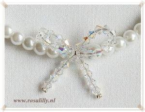 #Bruidsketting met witte parels en een strikje van #swarovski