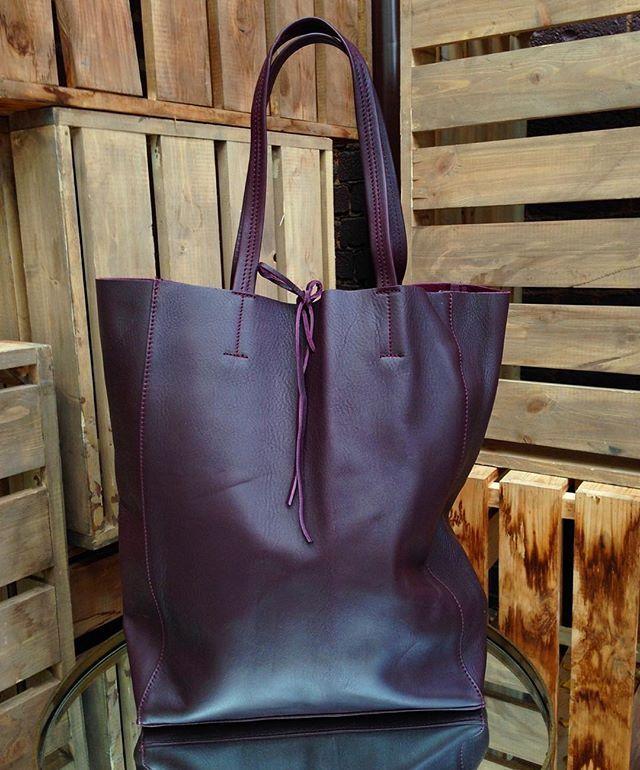 Oh, God! // Сумка-шоппер из плотной тосканской кожи в цвете баклажан, внутри сумки кожаный кошелек на молнии, Artigiano Contemporaneous, 9300 руб. //