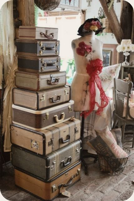 Suitcases: Vintage Suitcases, Old Suitca, Crafts Rooms, Extra Storage, Dresses Form, Burlap Bags, Christmas Ornaments, Vintage Luggage, Vintage Inspiration