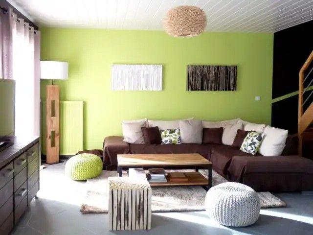 Un Canape Vert Anis Un Pouf Jaune Des Coussins Colores Un Mixte Parfait Pour Apporter De La Gaiete Dans Son Maison Ossature Bois Constructeur Maison Et Decoration Maison