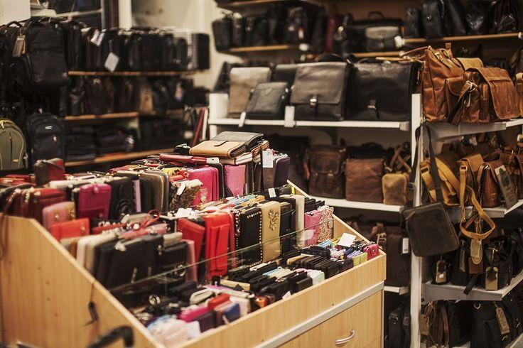 NT-Box Tervetuloa edullisille laukkukaupoille! Kaupungin monipuolisin laukkukauppa tarjoaa laadukkaita laukkuja jokaisen mieleen!  Merkillisen hyviä laukkuja niin arkeen kuin juhlaankin! Täältä oman tehtaan Nabo-laukkujen tehtaanmyymälästä löydät kaikki suosituimmat laukkumerkit, mm. Gerry Weber, Bagsac, Kipling, Adax ja Greenburry. Matkalaukuissa kevyet ja kestävät huippumerkit Samsonite, Cavalet, Travelite ja Rimowa. Tervetuloa! #rakastampere #tampere #ntbox #laukkukauppa
