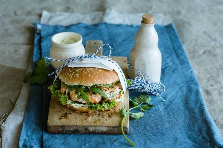 Das Rezept für Lachsburger mit Wasabi-Soße und Röstzwiebeln mit allen nötigen Zutaten und der einfachsten Zubereitung - gesund kochen mit FIT FOR FUN
