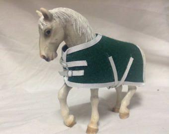Ähnliche Artikel wie Schleich Pferd Zubehör Decke Zügel Bridel Stiefel spielen Skala Magnetverschluss auf Etsy