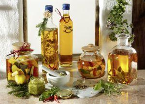 Kräuteröl, Kräuterpesto, eingelegter Bauernkäse...