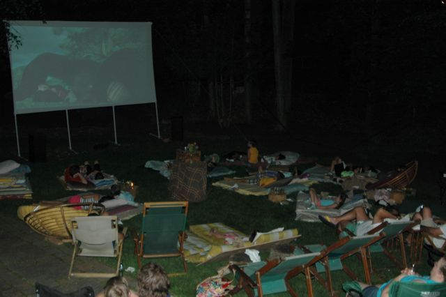 Backyard movie night. Such a great idea! #familyfun