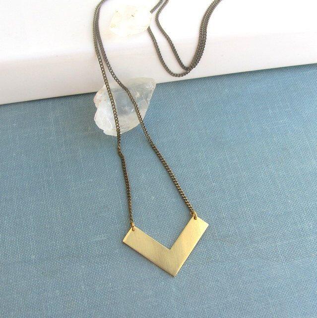 Gouden rauwe messing chevron pijl lange ketting, geometrische sieraden, minimalistische sieraden door lunahoo op Etsy https://www.etsy.com/nl/listing/107658143/gouden-rauwe-messing-chevron-pijl-lange