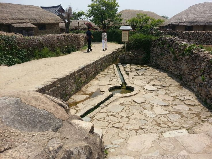 The place where women would clean laundries and get water from, which is located in shuncheon, southernwest of the Koean peninsula. it had practically been used during the Joseon  dynasty