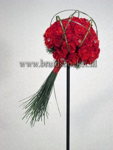 1205. Bruidsboeket biedermeier spangras fel rode rozen